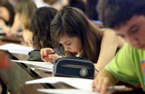alumnos examinandose