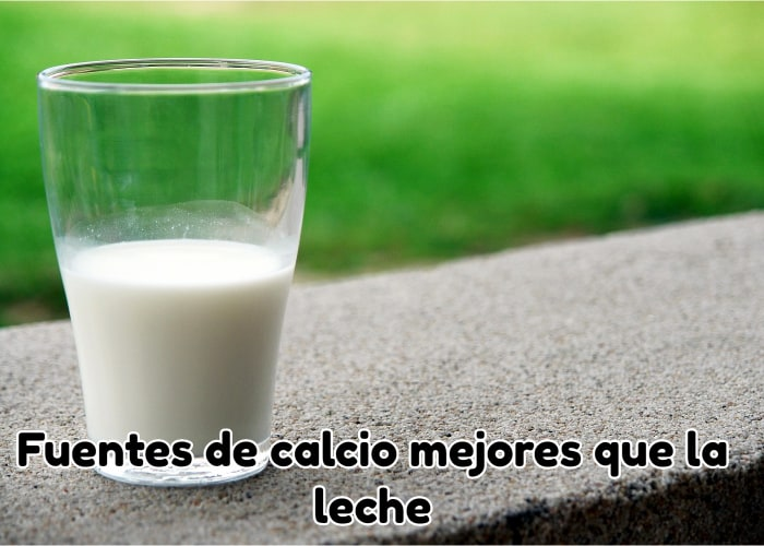 Medio vaso de leche encima de mesa de piedra