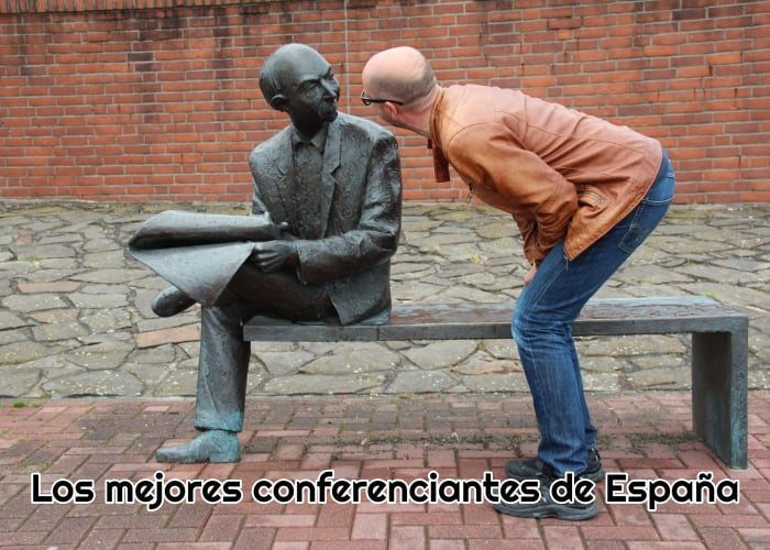 Persona agachada y hablando a una estatua